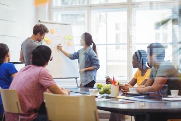 چرا نظر مخالف در محیط کار مفید است؟ - مقاله - پندانه - دپارتمان مدیریت فن آوران حکیم